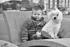 Inseparables (A.Peral) Tags: street bw retrato viento perro nio hendaye bidasoa
