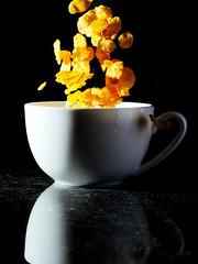 Flakes (Karpaun) Tags: tasse flakes blitz cornflakes flocken hsflocke
