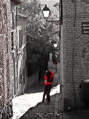 Rojo Amor (Bonsailara1) Tags: street red blackandwhite espaa color blancoynegro spain rojo kiss couple pareja stones lovers toledo embrace beso oldcity abrazo enamorados ciudadvieja callejuela stoneroad colorselectivo colorselective bonsailara1 calledepiedra