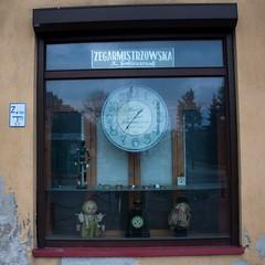 Zegarmistrz (JimInEuropa) Tags: clock window shop doll okno sklep zegar biaapodlaska laleczka podlesie