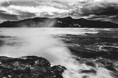 MUNDAKA (T.Miravalles) Tags: blackandwhite blancoynegro monocromo mar paisaje cielo olas espuma itsasoa paisaia monocromtico canon7d canon1585