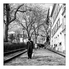 La solitude... (ximenes patrick) Tags: street portrait people blackandwhite bw paris monochrome automne noiretblanc kodak sony hiver streetphotography nb notredame asa argentique parisienne stouen parisien yashicamat124 collectif streetman photographiederue ombrelumire portraitsderue portraitsnb canon1dx patrickximenes ruenb canonmarkiimarkiii fujix100t wwwximenespatrickcom