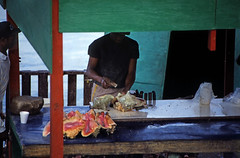 Bahamas 1988 (234) New Providence: Potter's Cay, Nassau (Rüdiger Stehn) Tags: hafen dia analogfilm scan 1980s slide 1980er diapositivfilm kleinbild kbfilm analog 35mm canoscan8800f 1988 contax137md bahamas nassau newprovidence amerika westindischeinseln karibik mittelamerika markt menschen leute grosefechterschnecke riesenflügelschnecke lobatusgigas eustrombusgigas strombusgigas meeresschnecken fechterschnecke flügelschnecke queenconch conch hypsogastropoda littorinimorpha stromboidea strombidae lobatus weichtier mollusca molluske schnecke gastropoda orthogastropoda caenogastropoda sorbeoconcha fischmarkt potterscay thebahamas nordamerika arbeit rüdigerstehn