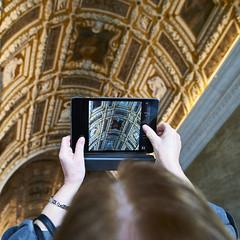 Palais des Doges (Hervé KERNEIS) Tags: italy square venise mains venezia italie tourisme carré ipad tablette miseenabîme palaisdesdoges nikond700 tamron2470mmf28 mars2016