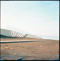 (Blow Out) (Robbie McIntosh) Tags: color 120 6x6 tlr film beach rolleiflex fence mediumformat square landscape chair kodak negative dyi ektar c41 pellicola torreannunziata selfdevelopment mittelformat moyenformat filmisnotdead medioformato newtopography newtopographics kodakektar rolleiflex28e homedevelopment carlzeissplanar80mmf28 rolleiflex28e2 kodakektar100 tetenalcolortecc41 rolleiflexplanar28e