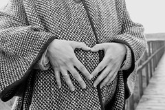 (noearanzazu) Tags: portrait blackandwhite blancoynegro monochrome monocromo hands heart retrato details manos corazn detalles embarazada brancoepreto monocromtico blancetnoire