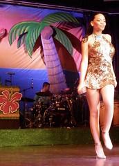 Cancn, Riviera Maya, Mxico (heraldeixample) Tags: show woman girl de mexico mujer chica femme yucatn singer cancun frau noia mdchen cancn dona cantante snger chanteuse espectculo espectacle mjico mxic cantant  maya cantareata pennsula riviera fille albertdelahoz yucatn heraldeixample garon