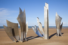 """""""Les Braves"""", Omaha Beach, Normandie, France (Thierry Hoppe) Tags: sculpture france beach monument sand outdoor normandie dday invasion debarquement omahabeach anilorebanon lesbraves"""