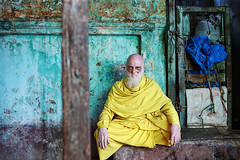 Man in yellow - Varanasi, India (Maciej Dakowicz) Tags: city portrait people india colours market oldman varanasi oldcity benares