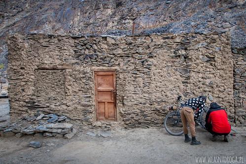Dom w którym spędziliśmy jedną noc i Szymon starający się naprawić rower