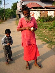 Village life (Isabel Sommerfeld) Tags: life travel pink boy red summer people india streets color men kids kid colorful asia warm village child outdoor communism traveling bengal indien resa bengali villagelife resande kommunism santiniketan westernbengal