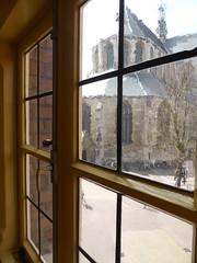 Uitzicht op Grote Kerk Alkmaar vanuit 't Hooge Huys