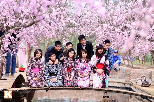 thieu-nu-dien-kimono-khoe-sac-ben-hoa-dao-2