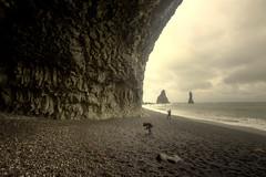 Reynisdrangar (Kiddi Einars) Tags: sea sand blackbeach sandur reynisfjara reynisdrangar reynisfjall