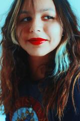 Red Lipstick (TheJennire) Tags: camera light red luz girl smile face self canon hair cores photography photo eyes colours foto close young olhos colores teen ojos indie fotografia curlyhair camara cabelo pelo cabello lisptick tumblr