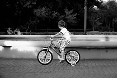 (wolfartf) Tags: park parque boy brazil bw white black sol paran bike branco children day child play saturday sunny bicicleta preto curitiba e menino roda sbado tangu weals