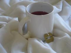 26/366 Tea (JessicaBelotto) Tags: frutas foto tea interior room days twinings vermelho honey mug second quarto fotografia cama projeto rede attempt branca caneca segunda chá edredon tentativa fotografando vermelhas fotografico silvestres 366 366daysofhoney 366diasnoano