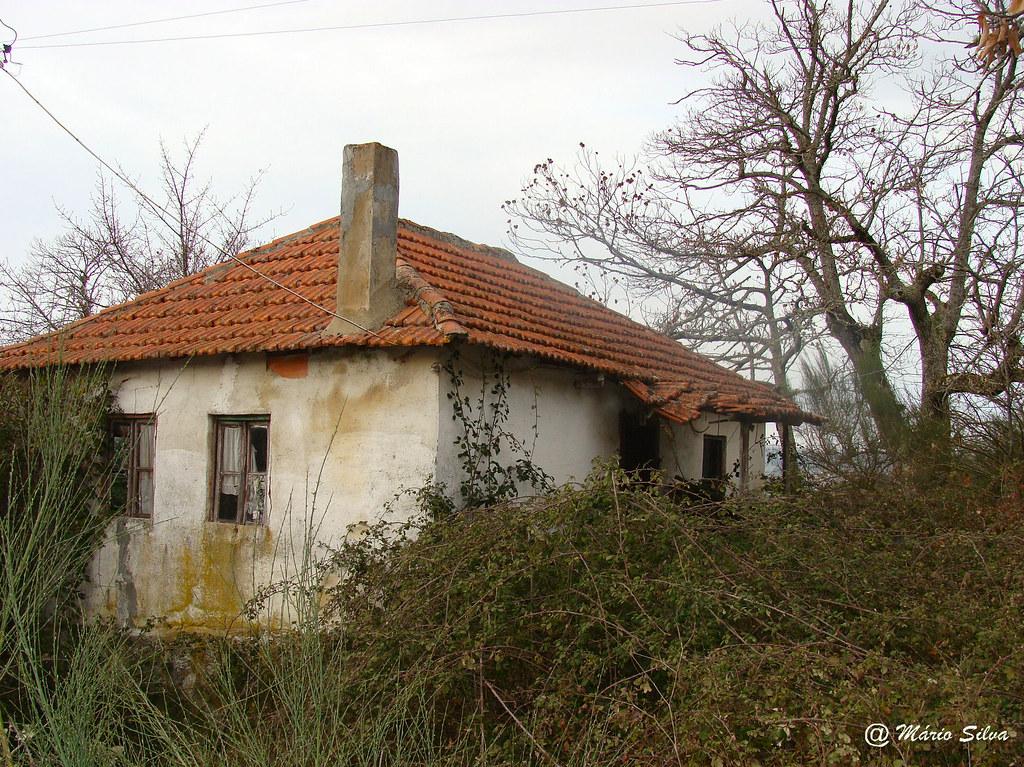 Águas Frias (Chaves) - ... uma linda casa abandonada ...