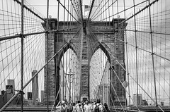 Brooklyn Bridge (PUAROT) Tags: blanco black bn bridge cielo ciudad fotografia foto fujifilm fuji fujix100t gente manhattan negro newyork nyc nuevayork puarot photography personas paseando puente street viaje walking x100t brooklyn travel