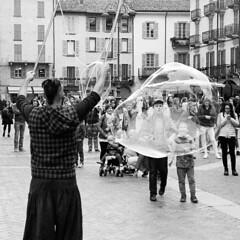 Le grandi bolle (sirio174 (anche su Lomography)) Tags: como streetartist soapbubbles bolle sapone piazzaduomo bolledisapone artistadistrada