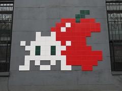 Space Invader NY_176 (tofz4u) Tags: nyc red usa white streetart ny newyork apple tile rouge big mosaic unitedstatesofamerica spaceinvader spaceinvaders invader bigapple blanc pomme mosaque artderue tatsunis ny176