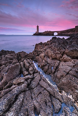 Pink morning (Traezh) Tags: morning pink sea mer lighthouse seascape rose dawn brittany shoreline magenta bretagne breizh brest pascal phare rochers matin finistre aube littoral rade minral laugier pennarbed plouzan petitminou