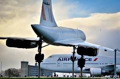 Salut du F-GITE au F-BVFF (La Pom ) Tags: france de tour air charles concorde boeing gaulle b747 cdg supersonic 744 aéroport lfpg fgite fbvff