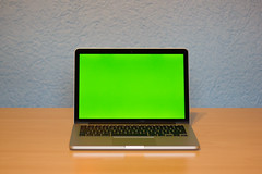 Macbook Green Screen (ohrie) Tags: apple notebook laptop tisch flasche greenscreen macbook