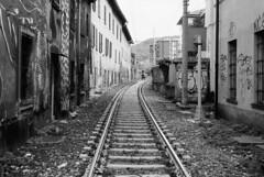 E' severamente vietato introdursi nella sede ferroviaria... (sirio174 (anche su Lomography)) Tags: como train railway murales treno ferrovia binari divieto murale rotaie comolago comoborghi sedeferroviaria