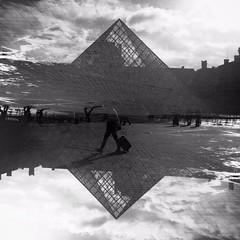 (damsol71) Tags: white black paris noiretblanc pyramide musedulouvre blackandwhithe pyramidedulouvre hipsta hipstamatic