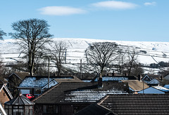 Bright (blue-bleu, white-blanc, red-rouge) - Glossop (Bon Espoir Photography) Tags: trees houses red england snow clouds derbyshire roofs glossop brightred redcar highpeak brightbluesky snowyhills brightday nikond750