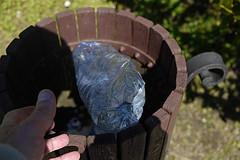 010416 048 (Jusotil_1943) Tags: madera basura mano plastico marron papelera 010416