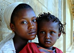 Sisters / sorelle (claudiophoto) Tags: africa canon children ngc mission protrait ethiopia babysitter ritratto etiopia donneafricane bambinietiopi ritrattidalmondo claudioscarponi volontarinelmondo visodibambino viaggiumanitari fotografidelmondo fotoetiopia sudethiopia