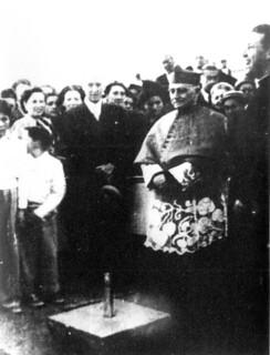 09. El cardenal Caro bendiciendo la primera piedra del Hogar de Cristo