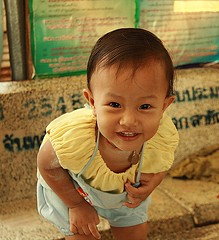 hey, what's in there? (the foreign photographer - ฝรั่งถ่) Tags: cute portraits canon lens thailand kiss child looking bangkok over bent khlong bangkhen thanon 400d