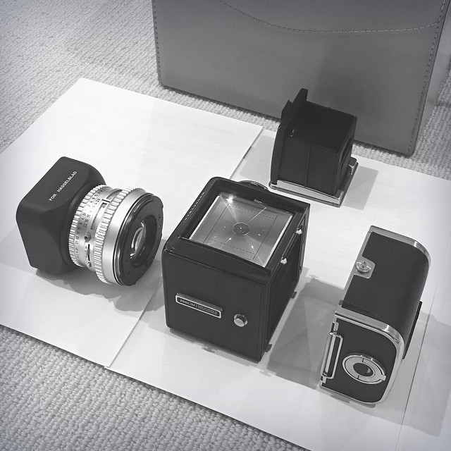 camera blackandwhite bw square lens hasselblad camerabag viewfinder iphone focusingscreen hasselblad500cm lenshood camerabody filmback handyphoto hasselblad500 pixlr photoshopexpress exifeditor iphoneography simplybw momentsforzen nightcappro iphone6splus