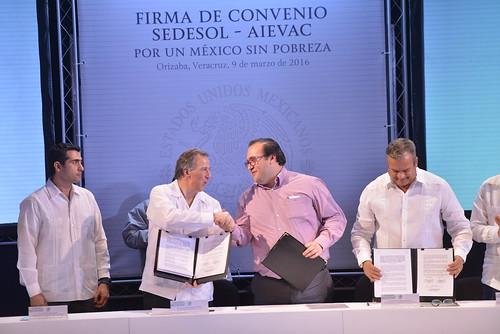 El gobernador Javier Duarte firmó del convenio de colaboración Por un México sin Pobreza