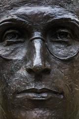 al poeta Lauaxeta (Juan Ig. Llana) Tags: textura cara gafas alava zb euskadi rostro vitoria afc gasteiz bronce busto poeta lauaxeta alavavisin