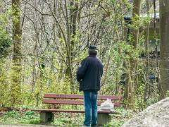 Besoffener Hartz IV Empfänger pinkelt auf die Parkbank (Trophy84) Tags: hartziv alkohol briefkasten briefkästen parkbank nachbarschaft besoffen pinkeln hundekot hartzivempfänger hndekot