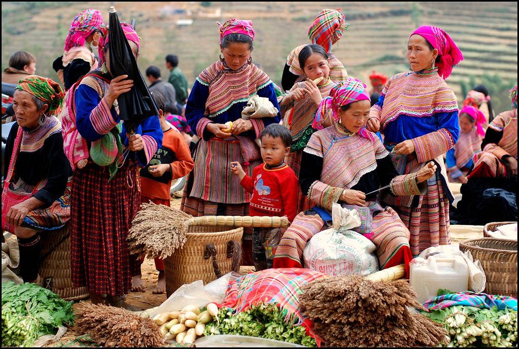 Trang phục truyền thống rực rỡ của người Mèo ở chợ Cốc Ly