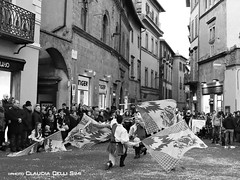 Carnevale 2016 (Claudia Celli Simi) Tags: blackandwhite bw italia bn festa carnevale viterbo biancoenero lazio bandiere sbandieratori parata