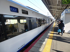 Boarding the Haruka (seikinsou) Tags: summer station japan train spring platform jr haruka osaka hineno