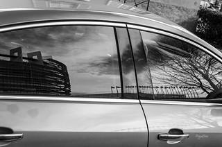 08/52_Réflections_Reflets du parlement européen dans les vitres d'une voiture