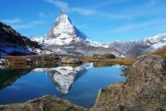 das Matterhorn und der Riffelsee (welenna) Tags: blue schnee autumn sky lake snow mountains alps water landscape switzerland see herbst natur himmel berge matterhorn riffelsee alpen wallis wasserspiegel schwitzerland