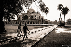 Humayun's mausoleum (karmajigme) Tags: travel blackandwhite india monument monochrome architecture nikon noiretblanc delhi tomb humayun