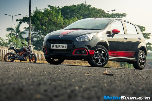 Fiat-Punto-Abarth-vs-KTM-Duke-390-16