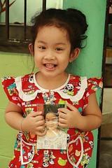 cute girl with her photo (the foreign photographer - ) Tags: cute girl portraits canon thailand photo kiss bangkok khlong bangkhen thanon 400d