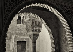 Alhambra Arches and Pillars (eldelfraval) Tags: blackandwhite bw spain andalucia espana alhambra granada moors andalusien spanien palacionazaries