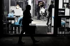 Curiosidad (Lukas Osses Codelia) Tags: contraluz noche calle lluvia agua pareja personas contraste caminar paraguas sombras lentes reflejos canas acera viejos paradero
