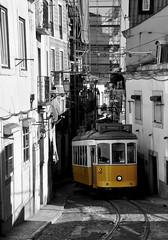 TRAM VIA (dcalderer) Tags: blanco calle y lisboa negro tram via estrecho d90
